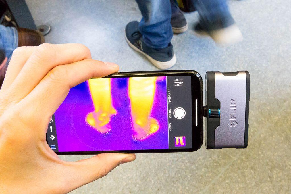 Wärmebild der Beine eines Passanten - FLIR Infrarotkamera / iPhone