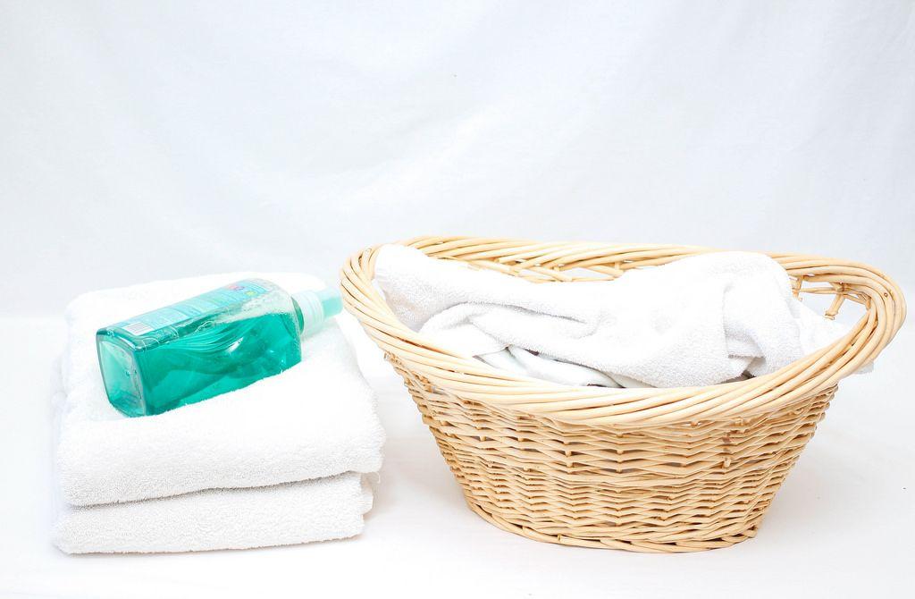 Wäschekorb, Flüssigseife und Handtücher