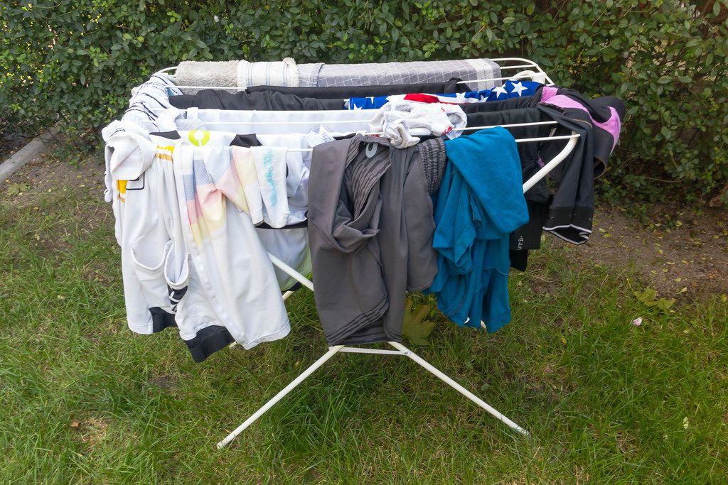 Wäscheständer mit trocknender Wäsche im Garten