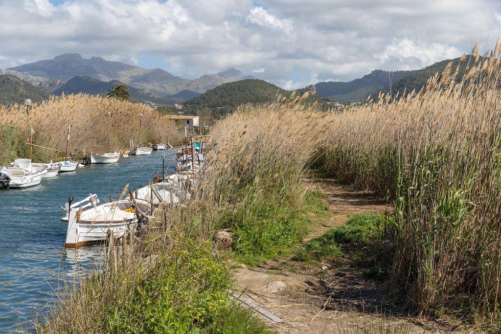 Wasserkanal mit vielen kleinen Booten in Puerto de Andraitx, Mallorca