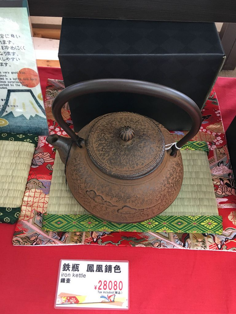 Wasserkessel aus Eisen in einem Geschäft