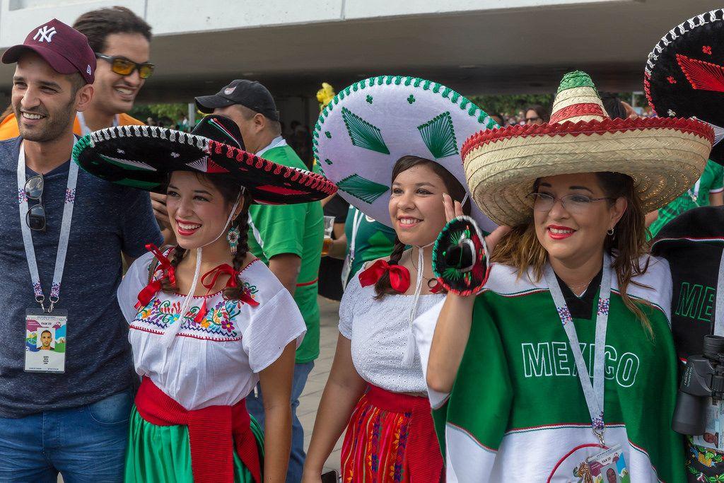 Weibliche mexikanische Fußball-Fans mit Sombreros