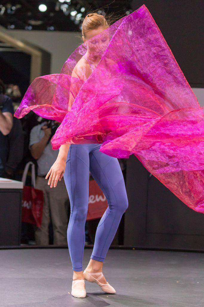 Weibliche Tänzerin mit pinkem Tuch umhüllt an der Photokina in Köln