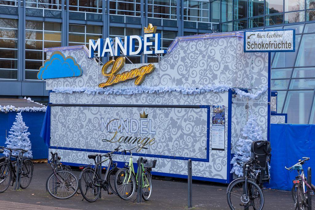 Weihnachtlicher Eingang Mandel Lounge, in welcher Schokofrüchte verkauft werden am Kölner Mauritiuswall