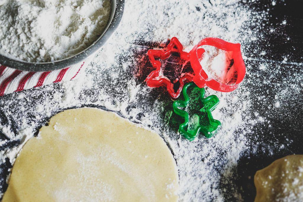 Weihnachts Plätzchenformen auf einem Tisch mit mehl und Teig