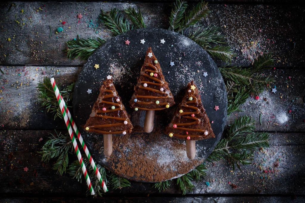 Aufsicht auf ein glas gl hwein mit weihnachtsbaumkugeln und tannenzweigen im schnee bilder und - Weihnachtsbaumkugeln schwarz ...