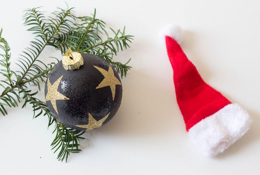 Weihnachtsbaumkugel und Nikolausmütze