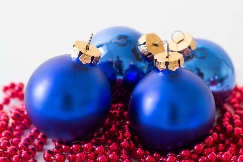 Weihnachtsbaumschmuck kurz vorm Schmucken des Baumes