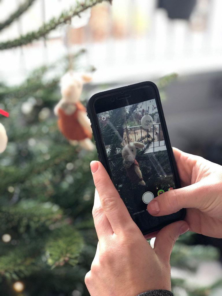 Weihnachtsbilder für Social Media Postings: geschmückten Weihnachtsbaum mit dem Smartphone fotografieren