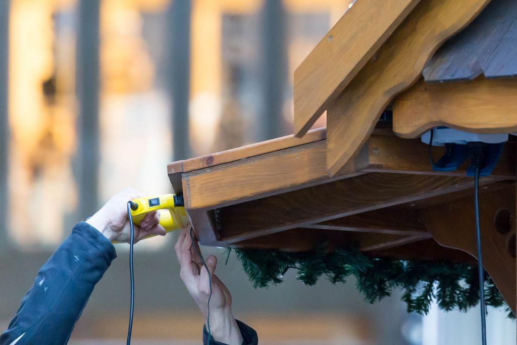 Weihnachtsdeko wird mit Heftklammern befestigt