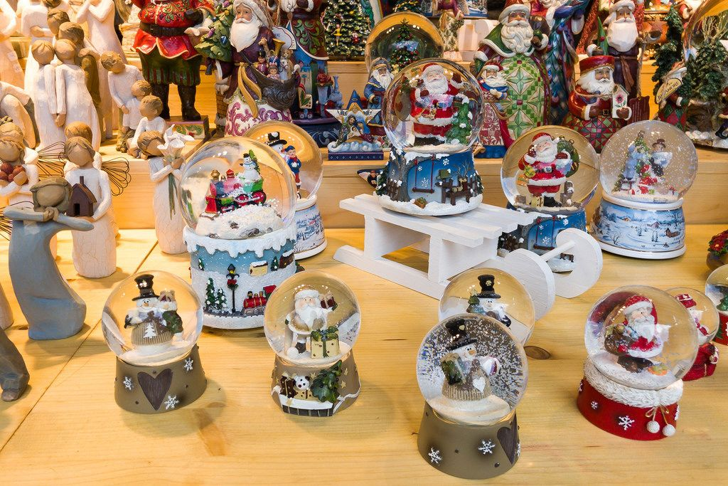 Weihnachtsdekoration Glaskugeln mit Schneemännern und Weihnachtsmännern