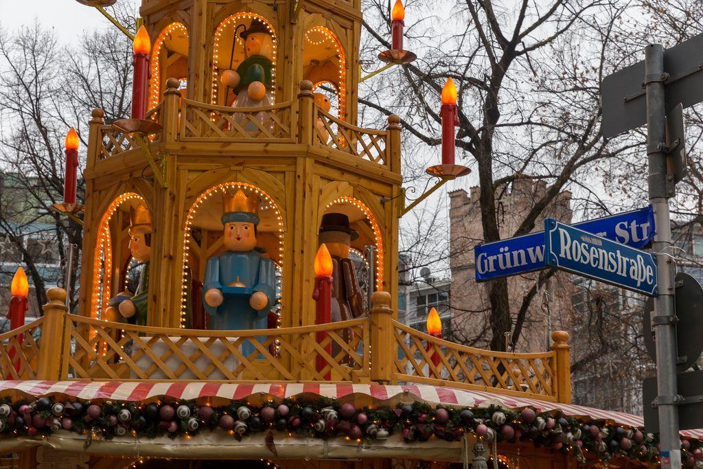 Weihnachtsdekoration mit Kerzen und Figuren in Holzhaus in Rosenstraße in Kölner Stadtteil Altstadt-Süd