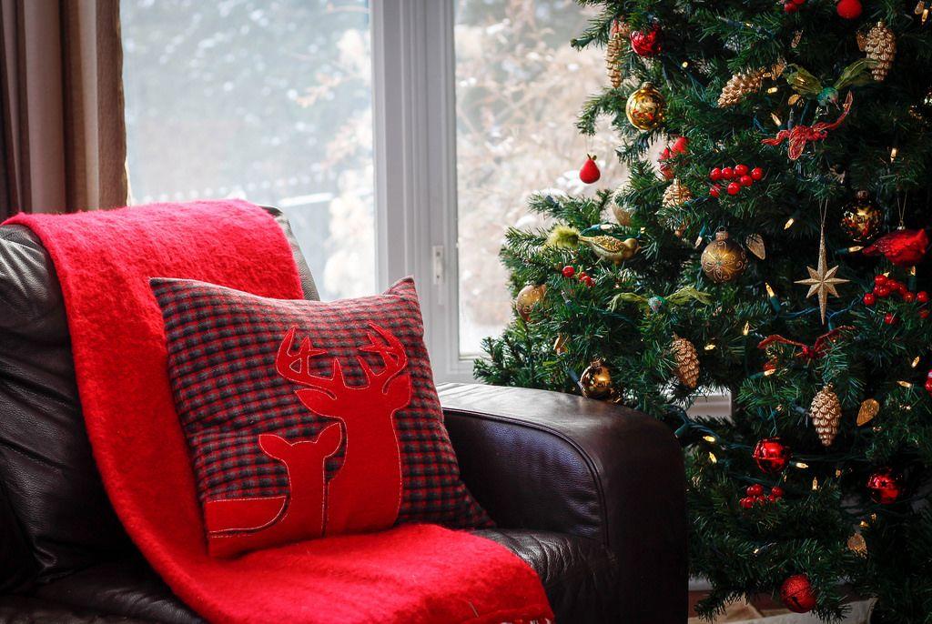 Weihnachtsdekoration mit Rentier-Kissen und Weihnachtsbaum