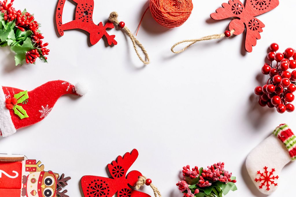 Weihnachtsdekorationen formen einen Rahmen auf weißem Hintergrund