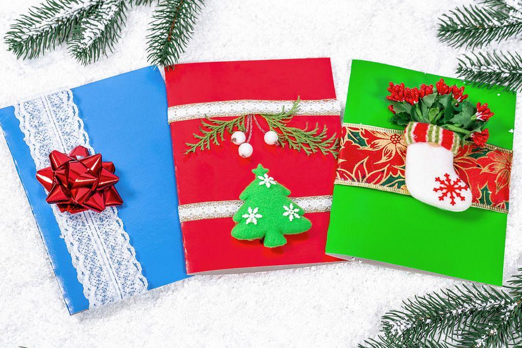 Weihnachtsgrußkarten in rot, grün und blau