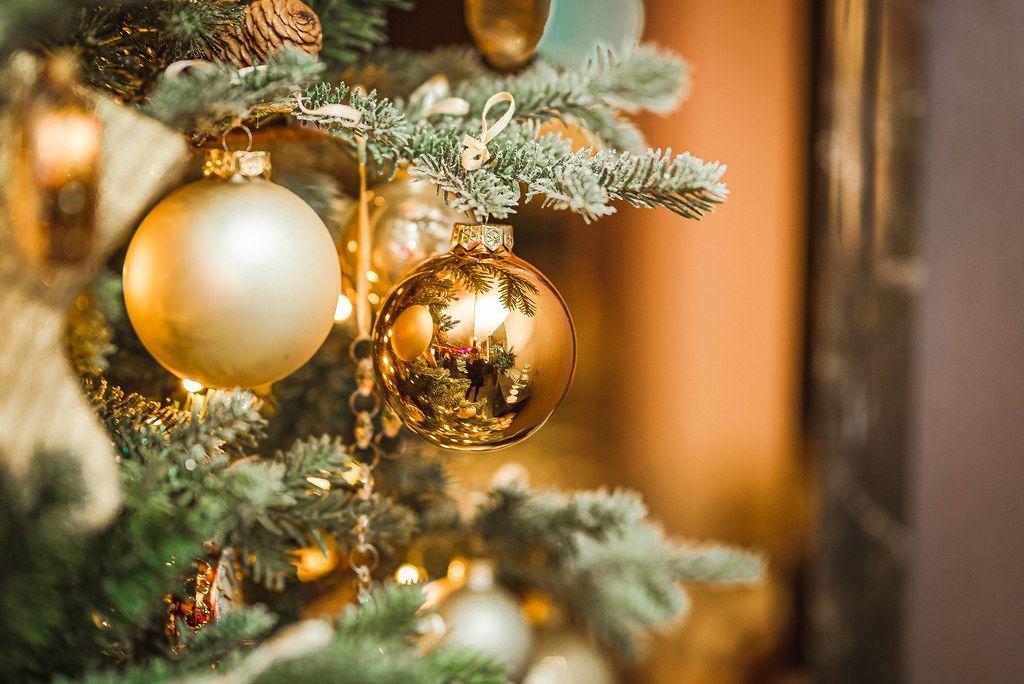 Weihnachtskugeln in gold und Fichtenzapfen