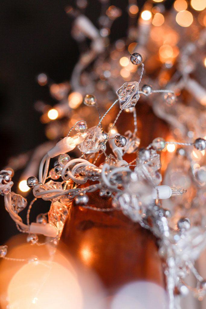 Weihnachtslichter mit silberfarbenem Schmuck