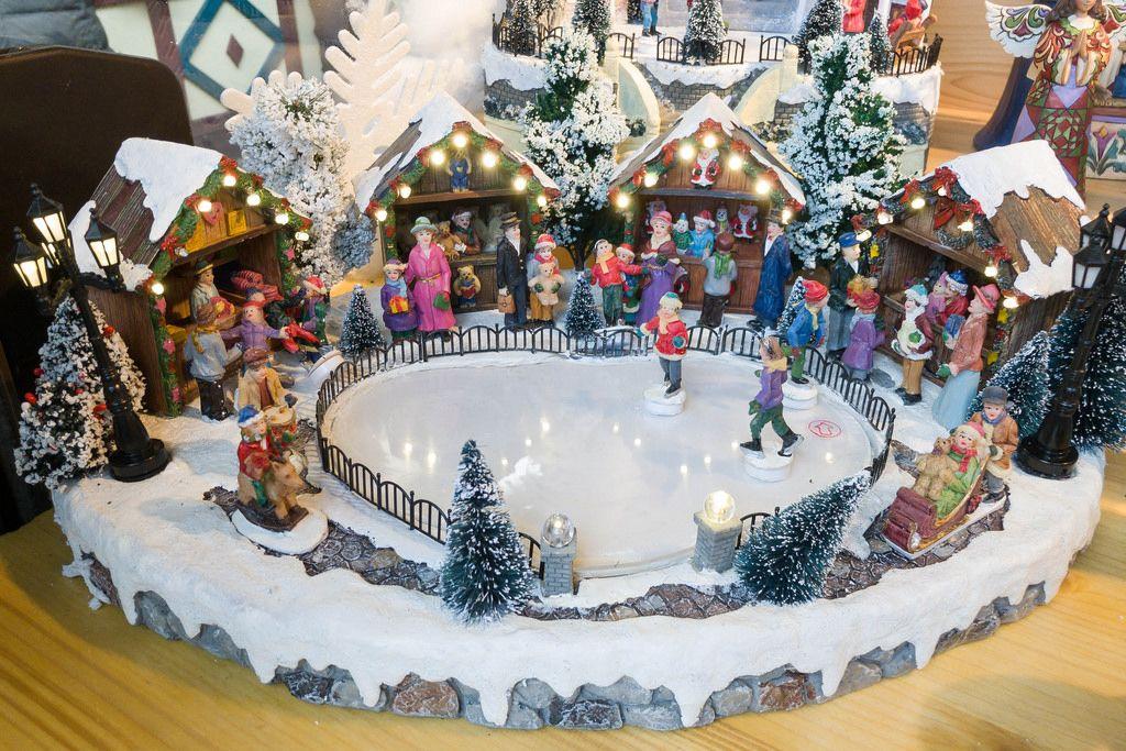 Weihnachtsmarkt mit Eisfeld als Dekoration
