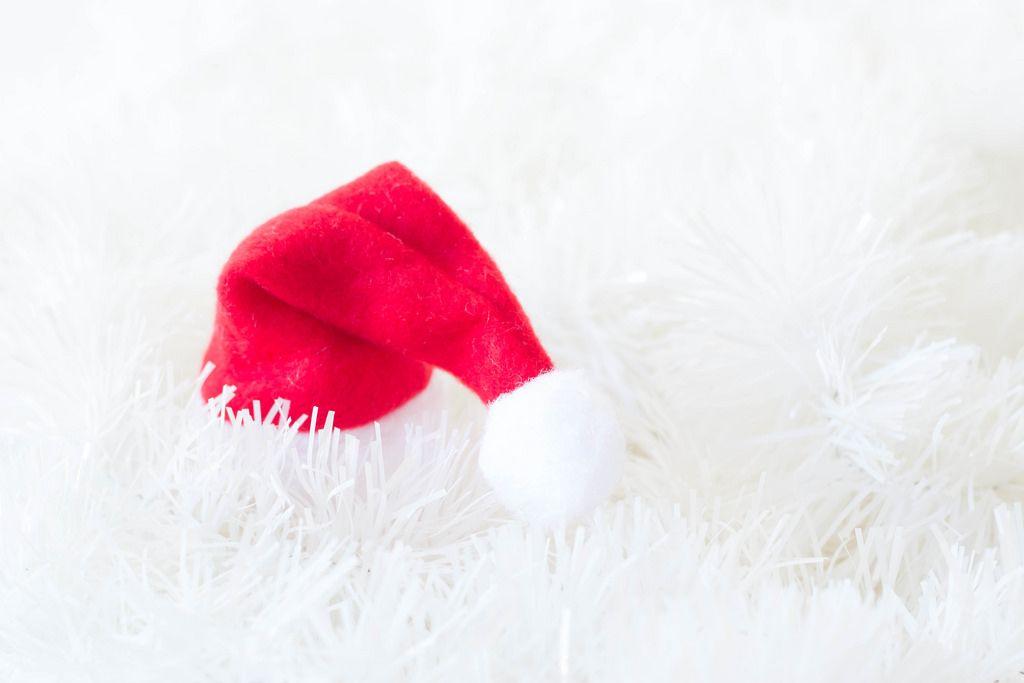 Weihnachtsmütze auf weißem Weihnachtsbaumschmuck