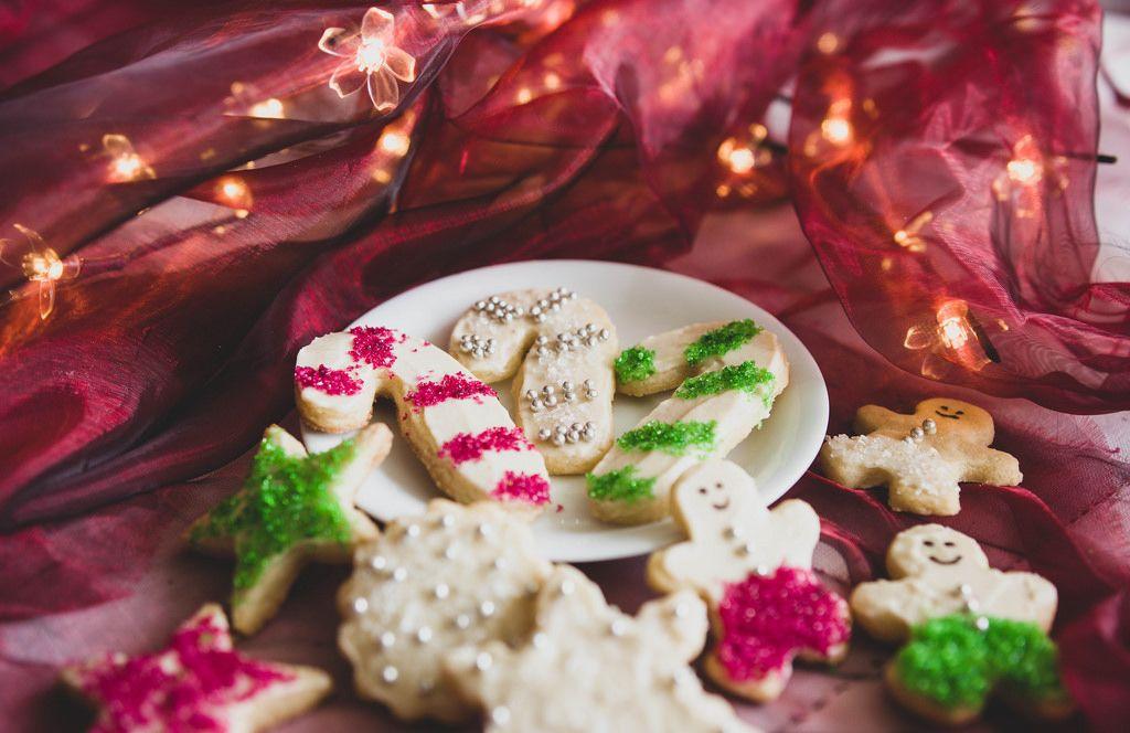 Weihnachtsplätzchen mit bunten perlen auf einem Teller