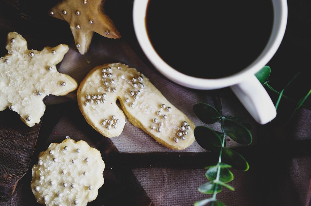 Weihnachtsplätzchen mit einer Tasse Kaffee - Aufsicht