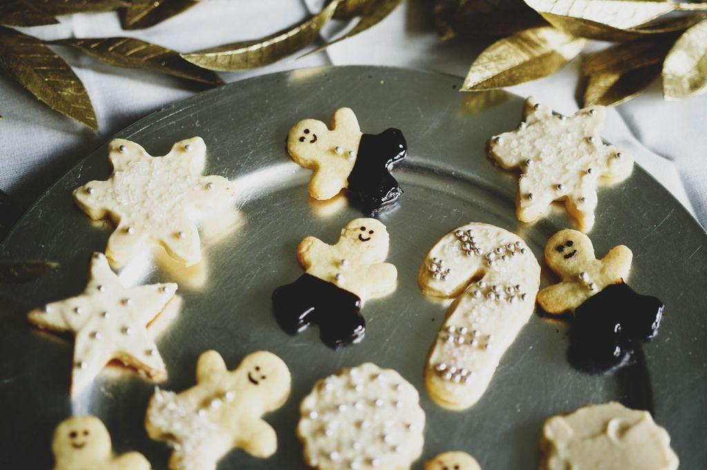 Weihnachtsplätzchen mit Zuckerperlen und Schokolade auf einem Silbertablett