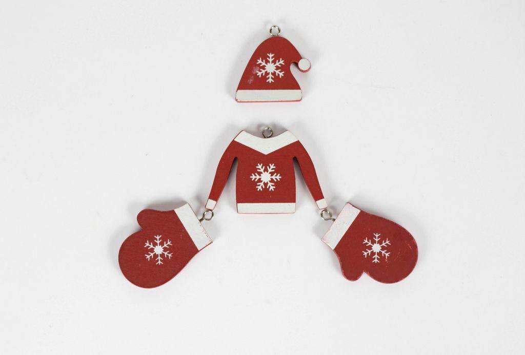 Weihnachtspullover mit Mütze und Fäustlingen aus Holz auf weißem Hintergrund