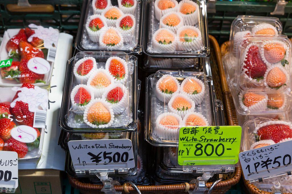 Weiße und rote Erdbeeren in Tokio