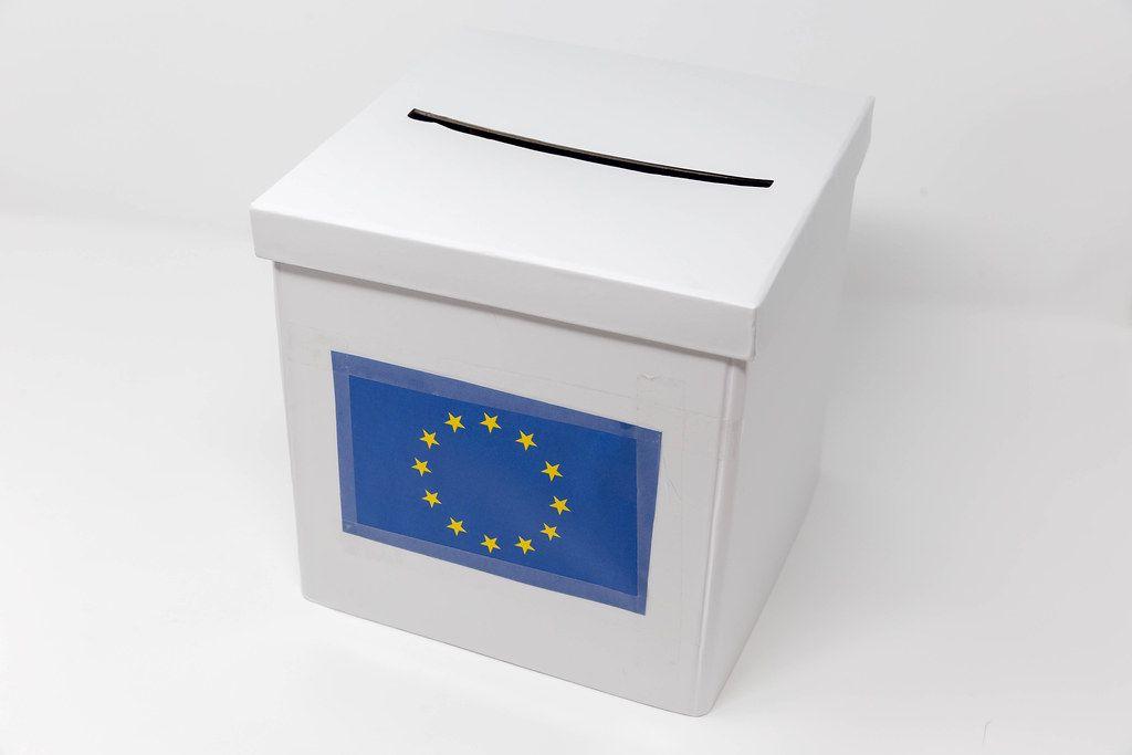 Weiße Wahlurne für die Europawahl, vor hellem Hintergrund