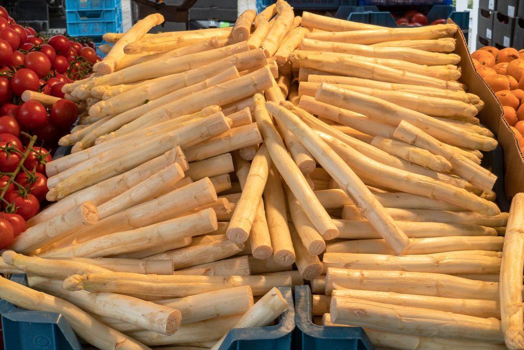 Weißer Spargel in Kisten am Markt