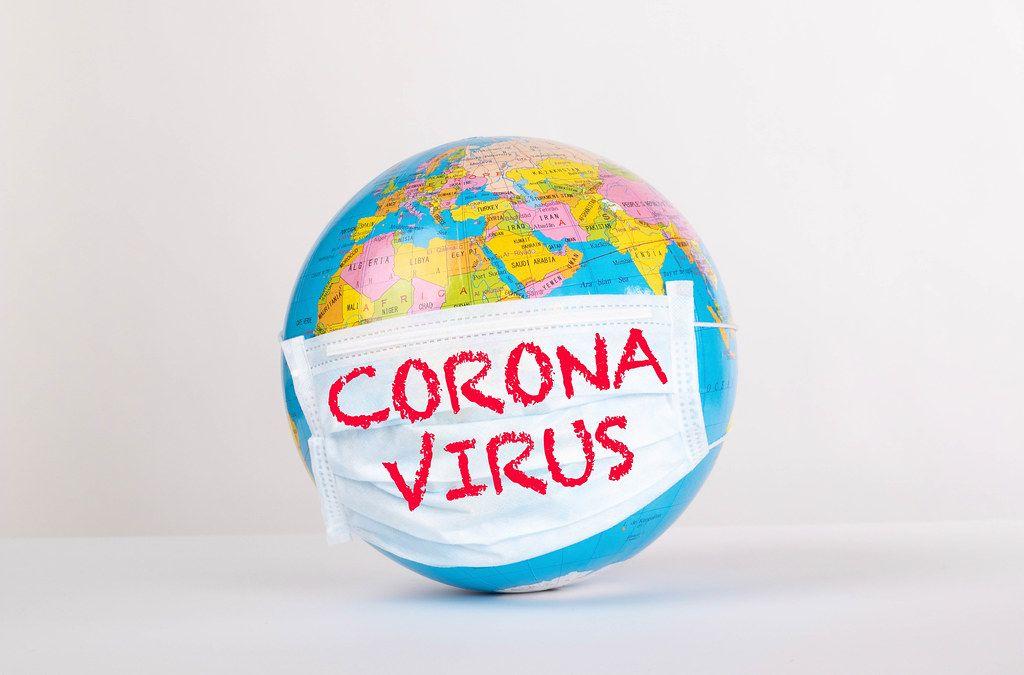 Weltkugel mit Gesichtsmaske mit den Worten Coronavirus auf weißem Hintergrund