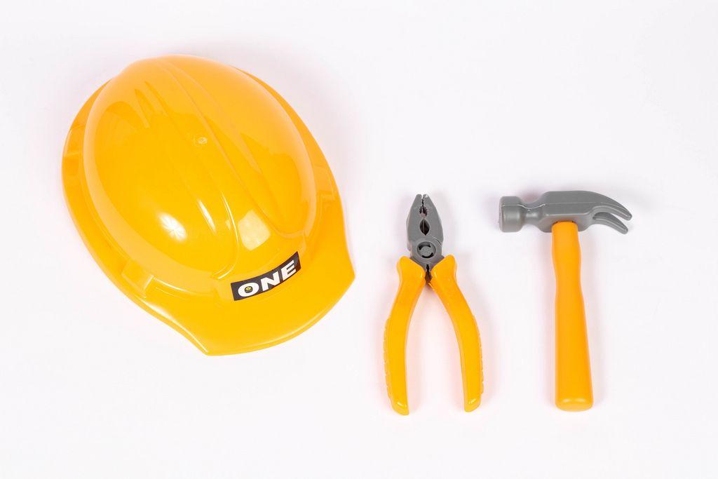 Werkzeug und ein Schutzhelm - Kinderspielzeug