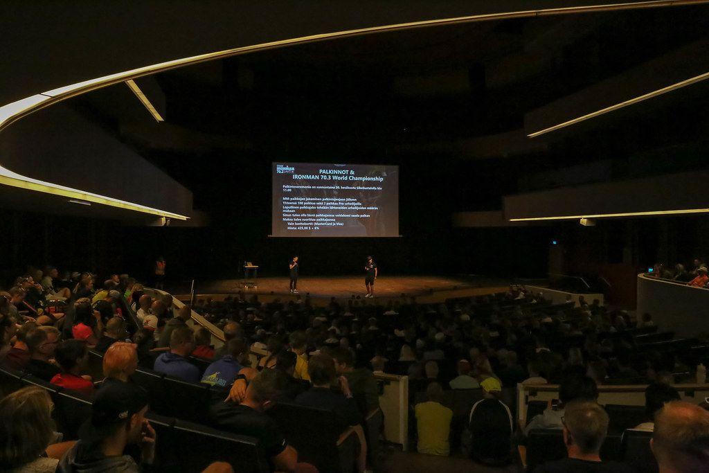 Wettkampfbesprechung für den Ironman 70.3 vor Zuhörern im Konferenzraum und Hörsaal des Sportinstituts in Vierumäki bei Lahti, Finnland