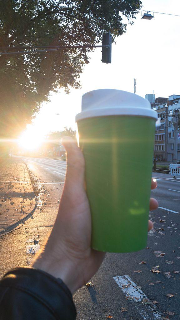 Wiederverwendbarer Kaffeebecher am Morgen