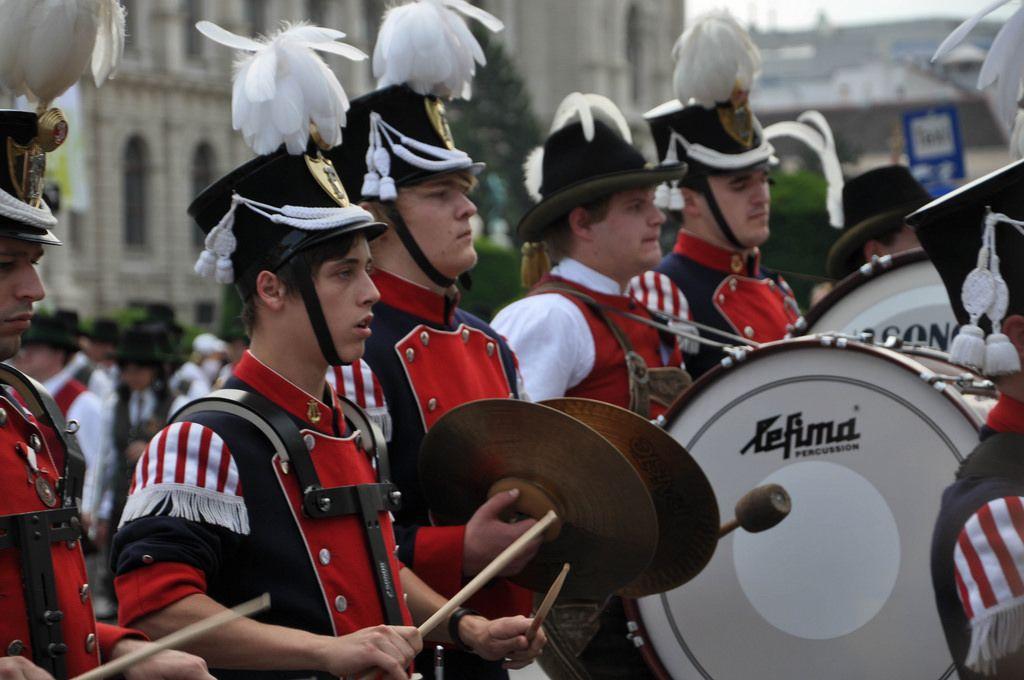 Wiener Musikkapelle beim Marschieren und Musizieren