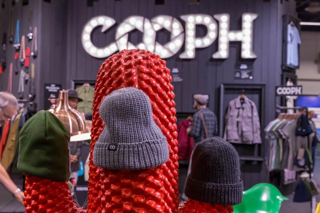 Wintermützen von Cooph auf einem künstlichen roten Kaktus