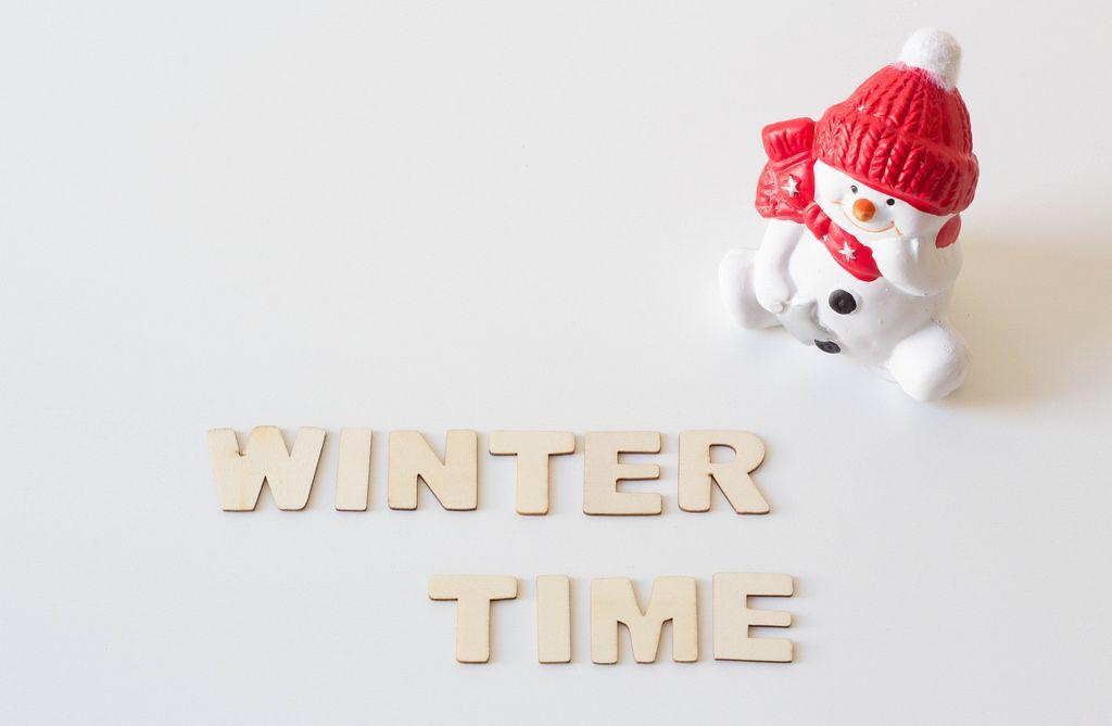 Winterzeit: Schneemann und Buchstaben aus Holz