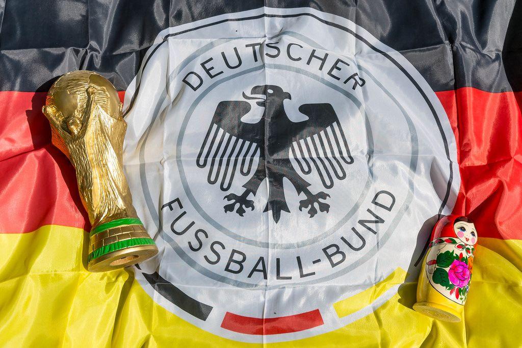 WM-Pokal, Deutschlandfahne und Matrjoschka