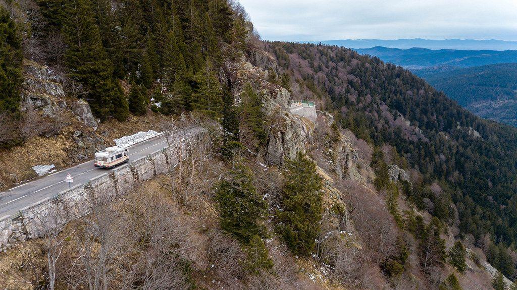 Wohnmobil auf dem Felsenweg in den Südvogesen. Col de la Schlucht
