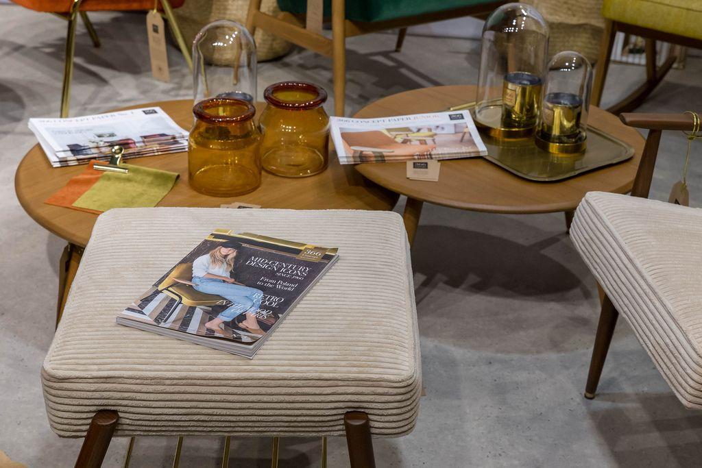 Wohnzimmertisch Mit Dekoration Und Hocker Im Stil Der 60er Jahre Mit