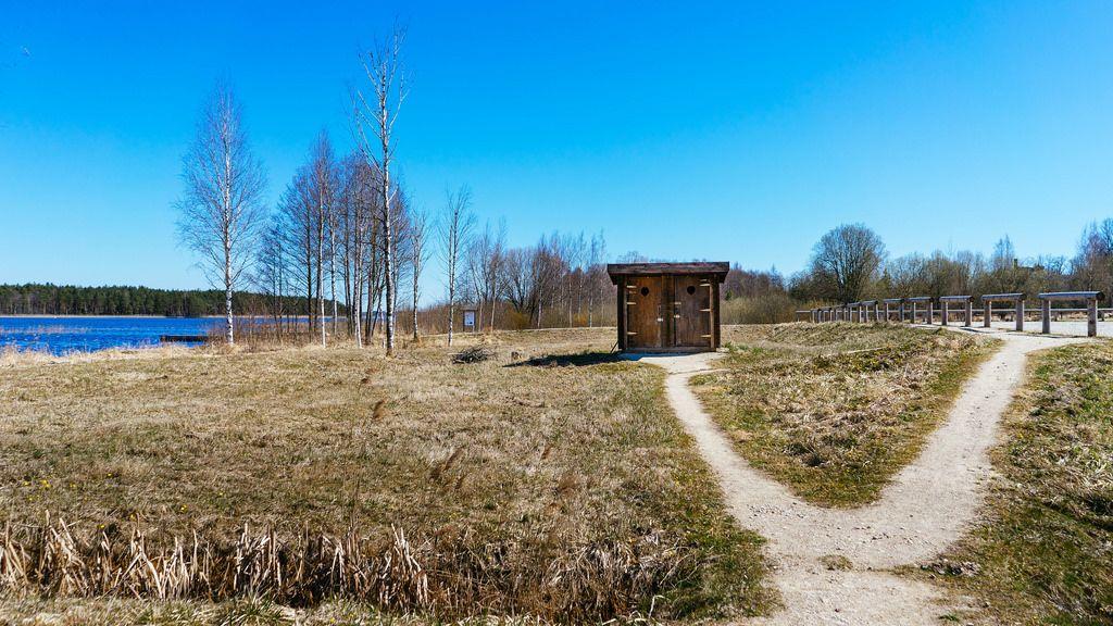 Wooden outhouse in the field / Hölzernes Nebengebäude auf dem Feld