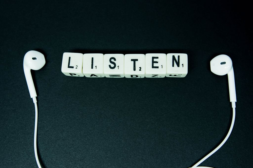 Word LISTEN in between earphones