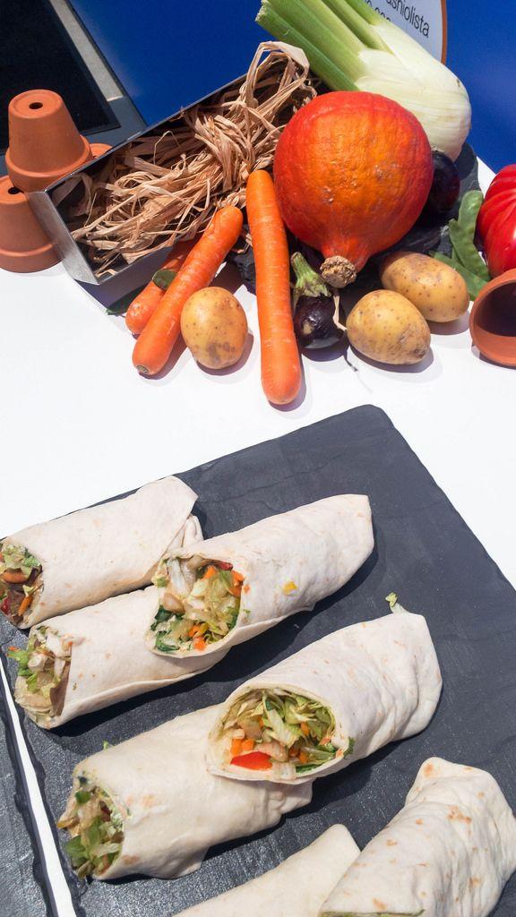 Wraps und Gemüse im Hintergrund