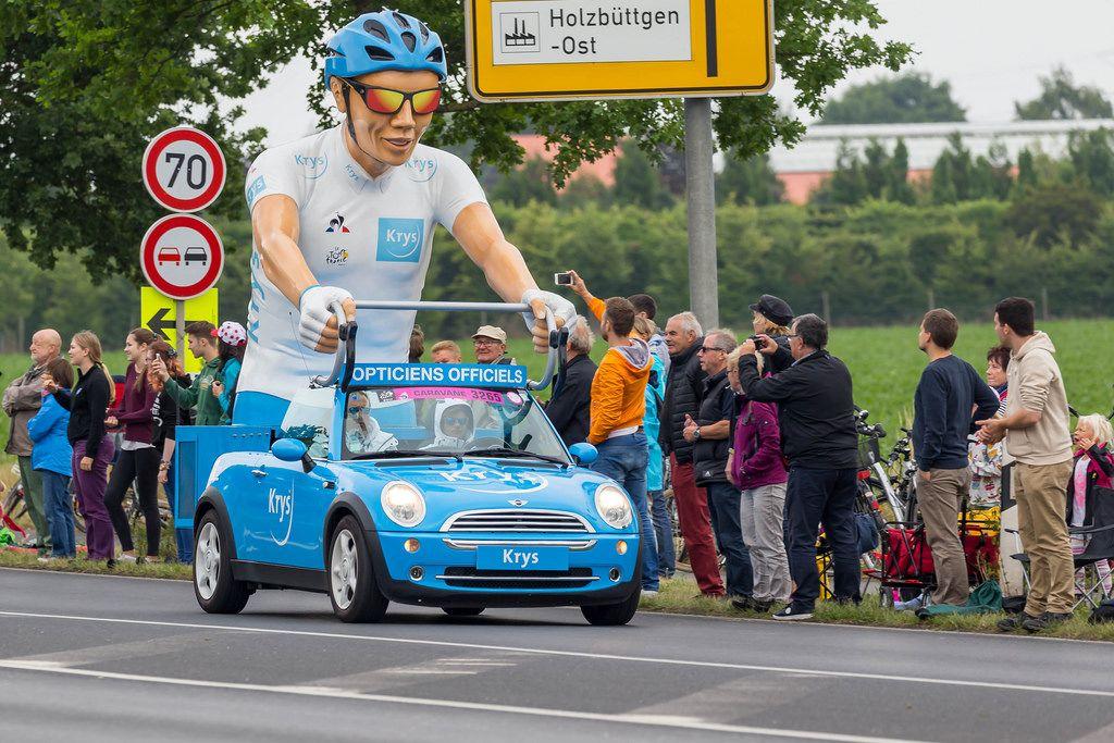 XXL-Rennfahrer bei der Werbekarawane