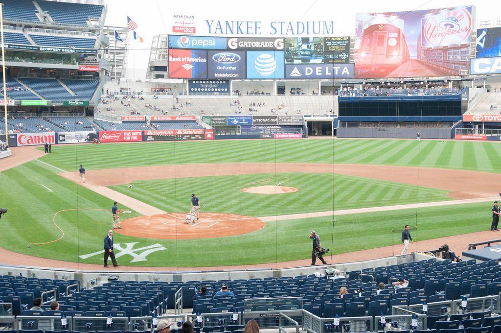 Yankee Stadium mit Blick auf das Spielfeld in New York City, USA