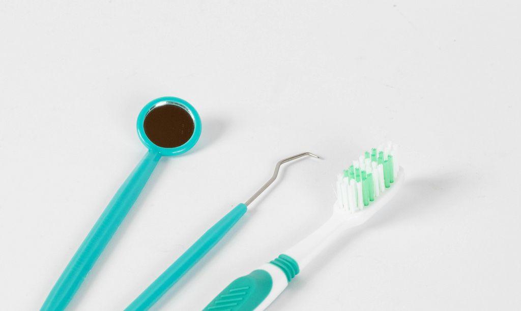 Zahnarztspiegel, Heidemann-Spatel und Zahnbürste