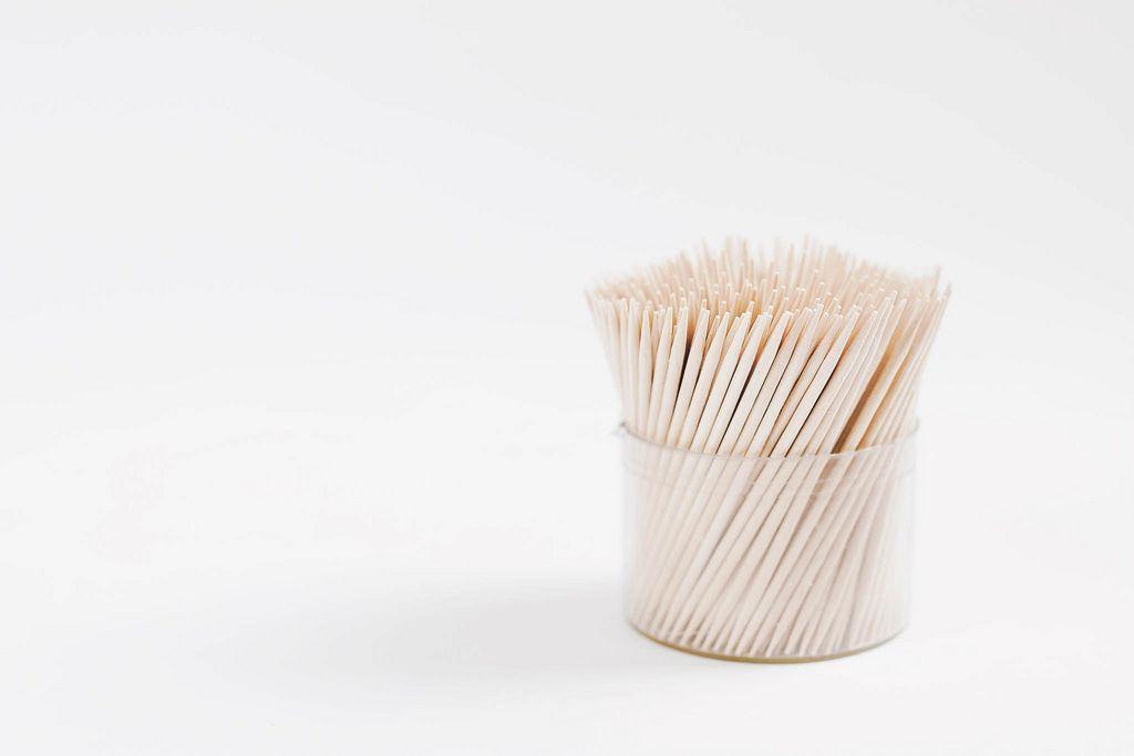 Zahnstocher-Box vor weißem Hintergrund