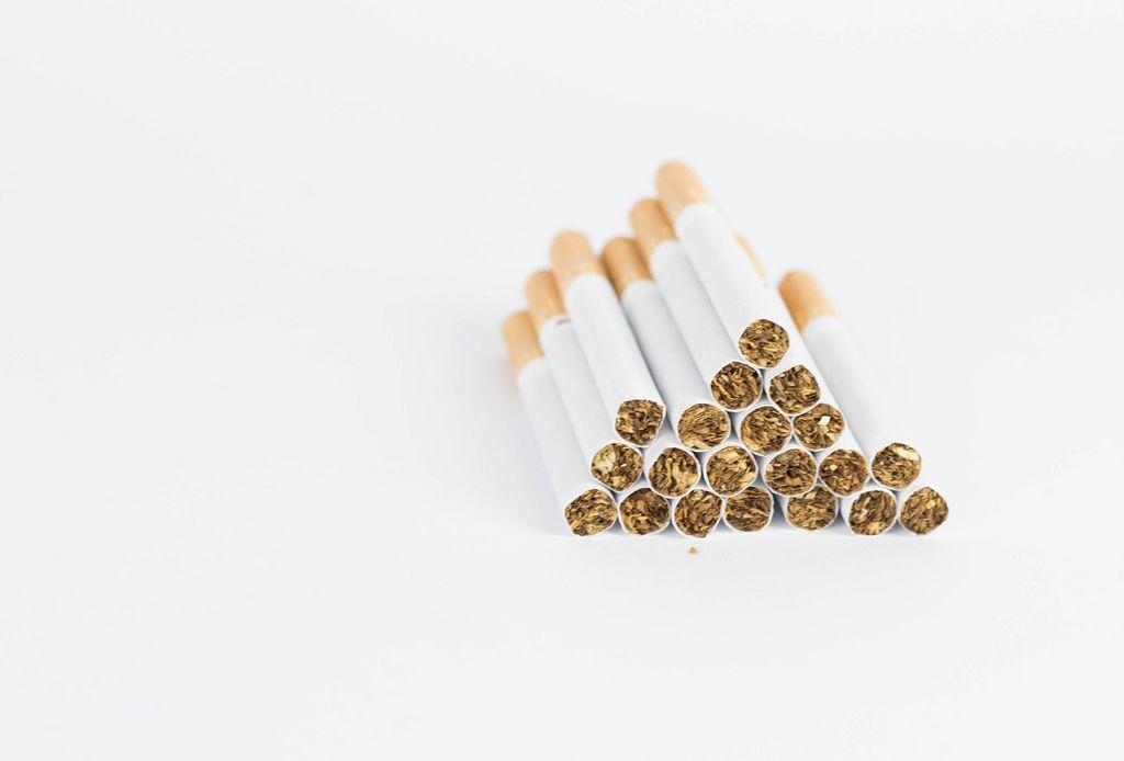 Zigaretten-Pyramide vor weißem Hintergrund