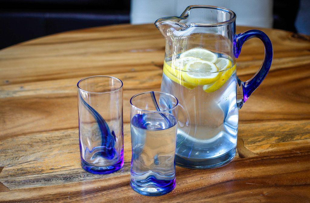 Zitronenwasser im Krug und Gläsern