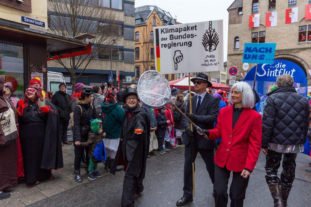 Zoch vor dem Zoch in Köln: ATTAC-Köln, Occupy-Cologne und Pappnasen-Rotschwarz mit Schild